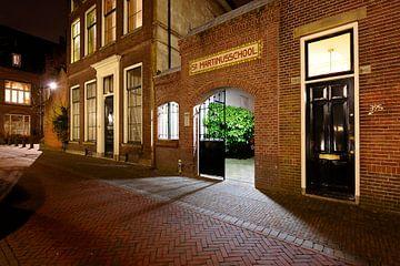 De ingang van de voormalige St-Martinusschool in Utrecht van Donker Utrecht