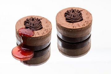 Chocolade dessert gepresenteerd op een spiegel van Wim Stolwerk