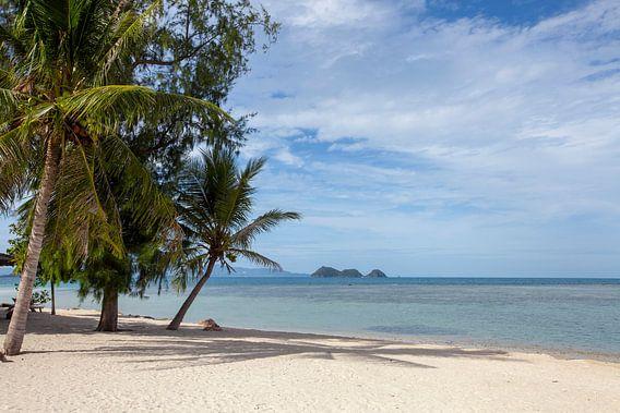 Tropisch strand op een eiland in Thailand