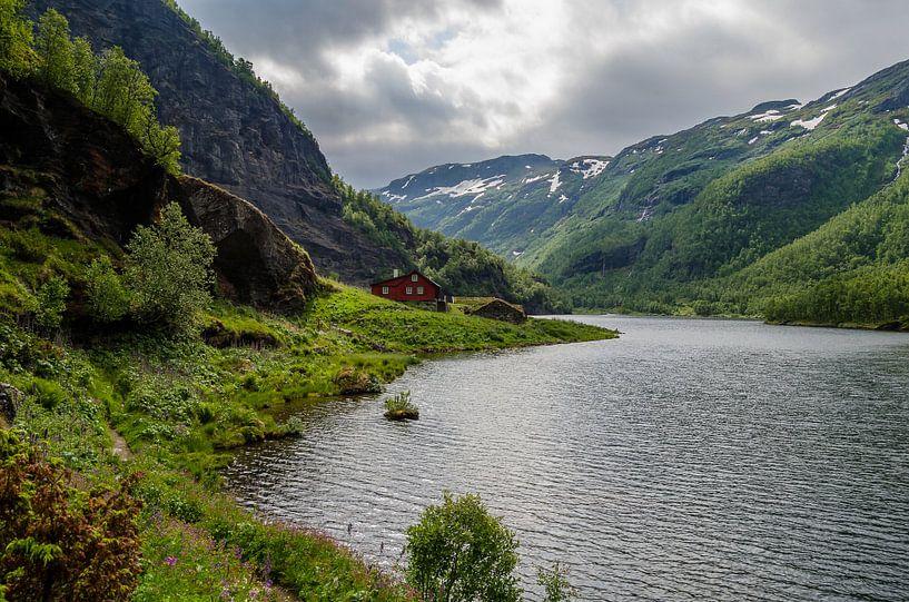 Rode huis in de Noorse bergen van Ricardo Bouman