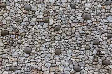 Steinfassade von Newgrange in Irland von Maarten Hoek