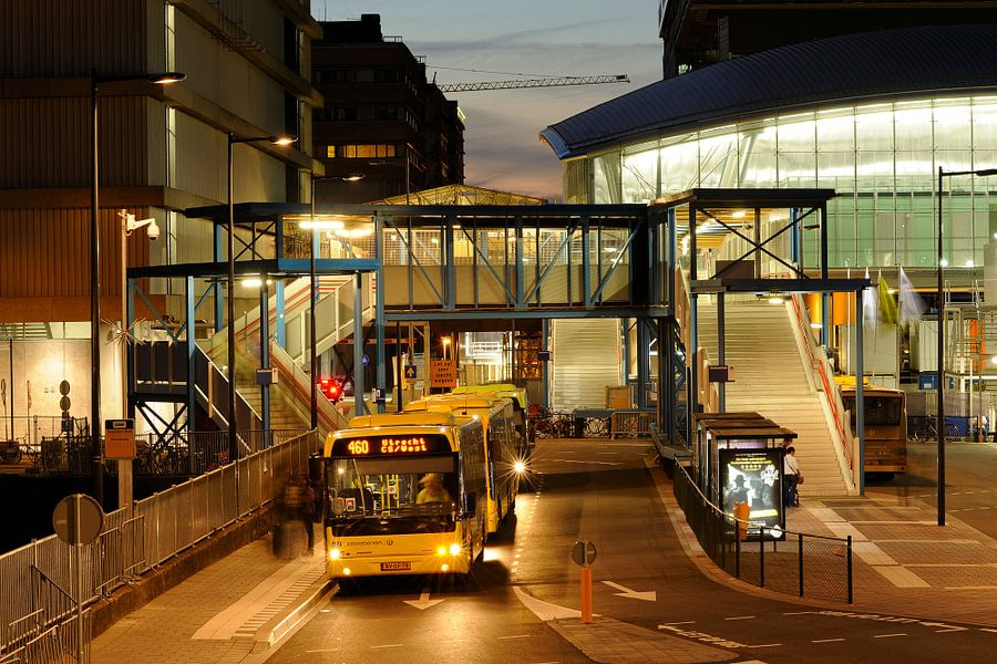 Busstation West naast Station Utrecht Centraal van Donker Utrecht