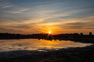 opkomende zon bij natuurgebied lentevreugd in wassenaar van Gerard De Mooij