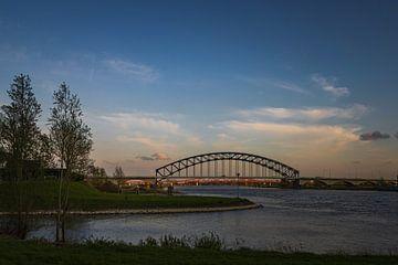 Sunset bij de IJsselbrug en Hanzeboog in Zwolle van Jan Willem Oldenbeuving