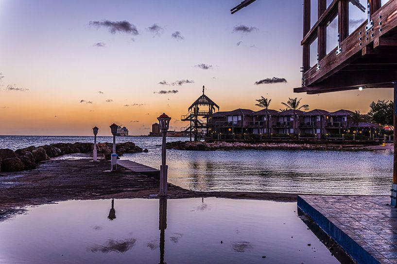 Zonsondergang bij Avila Beach in Curacao van Joke Van Eeghem