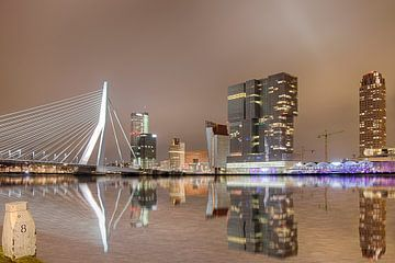 Skyline van Rotterdam in de nacht.
