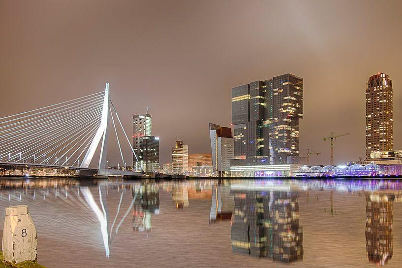 Skyline van Rotterdam in de nacht. van Ad Van Koppen