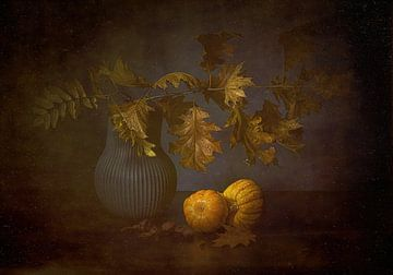 Herfst stilleven met herfstakken en pompoenen. van Saskia Dingemans