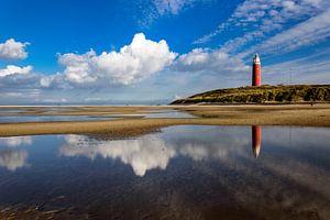 Reflectie van wolken en vuurtoren in het water van Wijnand Medendorp