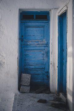 Blaue Tür in Mykonos Stadt, Griechenland von Tes Kuilboer