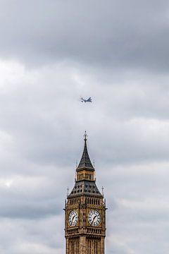 Vliegtuig verdwijnt in de wolken boven Big Ben van