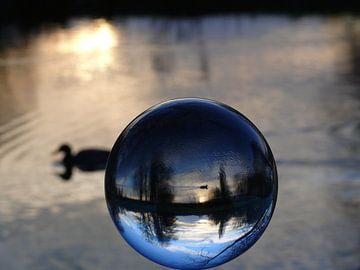 Winterlandschap aan de rivier, (glasbollenfotografie) van RaSch_Design