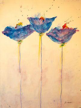 Drei blaue Mohnblumen mit gelben Blüten von Klaus Heidecker