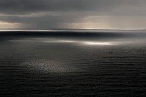 Uitzicht over zee/oceaan, Reynisfjall, Vik, IJsland (kleur) van