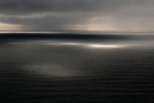 Uitzicht over zee/oceaan, Reynisfjall, Vik, IJsland (kleur)