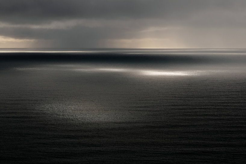 Uitzicht over zee/oceaan, Reynisfjall, Vik, IJsland (kleur) van Roel Janssen