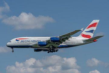 Airbus A380 van British Airways in de landing gefotografeerd bij Londen Heathrow Airport. van Jaap van den Berg