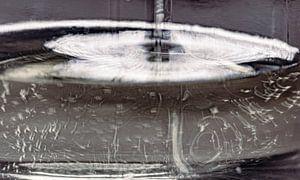 Macro van olijfolie in glas, abstract, vloeiend, organisch, detail. van John Quendag