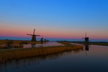 Windmolens langs de Kinderdijk met zonsondergang. von Brian Morgan