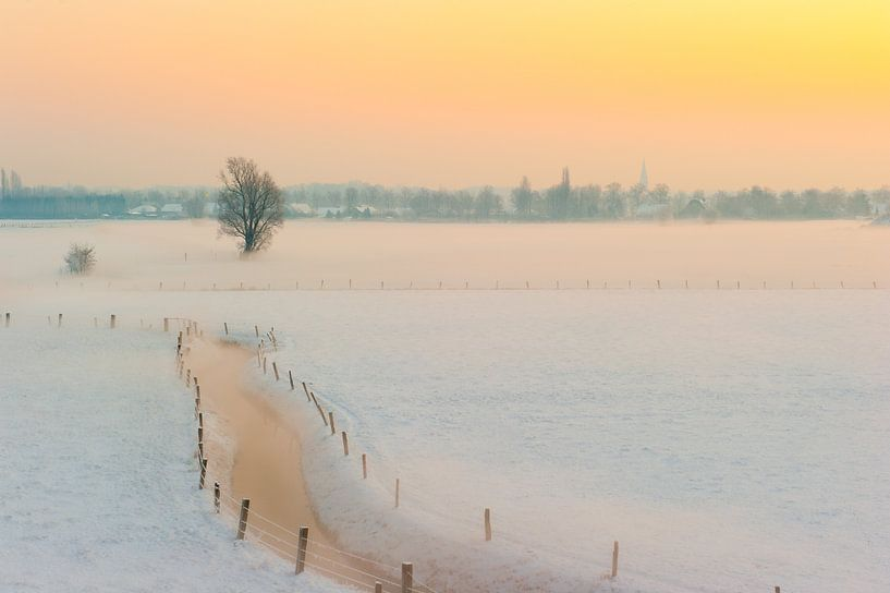 Besneeuwd winterlandschap bij zonsopgang van Geert D