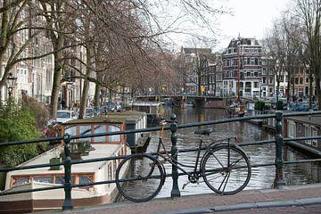 Fiets aan de ketting in Amsterdam van