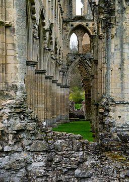 Zijbeuk van de ruïne van een kathedraal van
