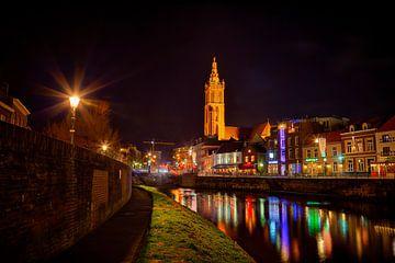 Roermond by night, zicht op de Roer, de Roerkade en de Sint-Christoffelkathedraal van Carola Schellekens