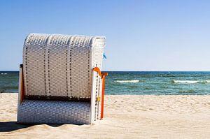 Une chaise de plage au bord de la mer