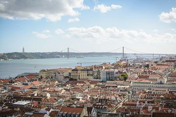 Uitzicht vanuit Lissabon (Portugal) van Michel Geluk