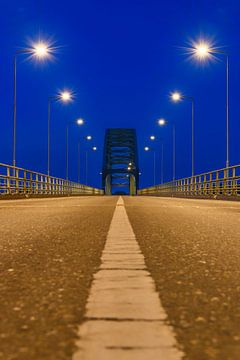 Oude IJsselbrug over de IJssel tussen Zwolle en Hattem na zonsondergang van Sjoerd van der Wal