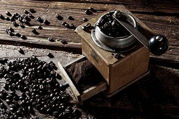 alte Kaffeemühle mit Bohnen von Jürgen Wiesler
