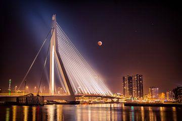 Erasmusbrug Rotterdam tijdens maansverduistering van Chris Snoek