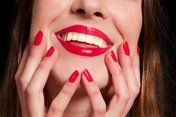 Lächelnde weibliche Mund mit den Händen von Anita Hermans