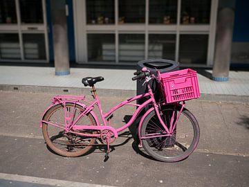 Fel Roze Fiets met rose bak van Peter Hermus
