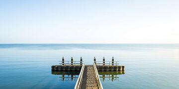 Hollands waterlandschap met reflectie en een steiger van MICHEL WETTSTEIN