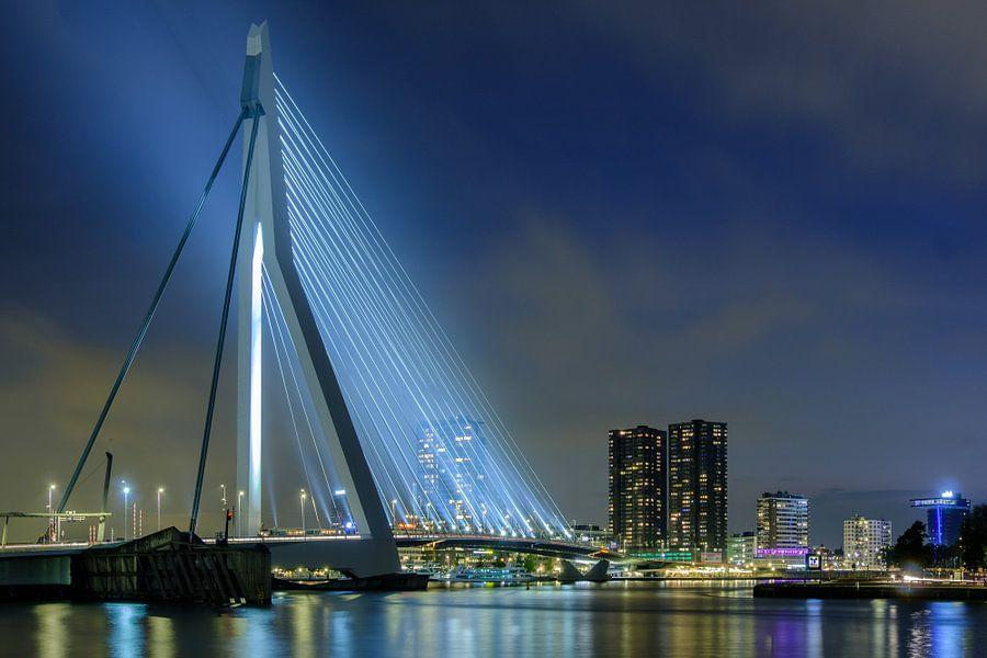 Avondfoto van de verlichte Erasmusbrug van Mark De Rooij