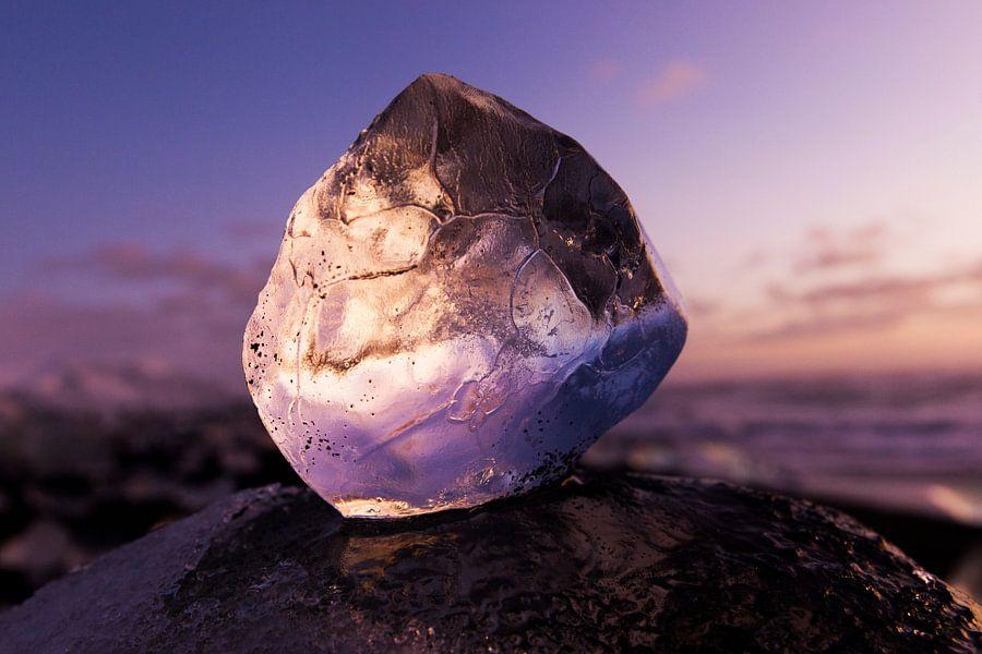 Zonsopkomst door ijsblok van Robert Meerding