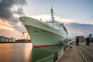 SS Rotterdam bij zonsondergang von Ilya Korzelius