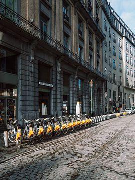 Gelbe Fahrräder im Zentrum von Brüssel in Belgien von Michiel Dros