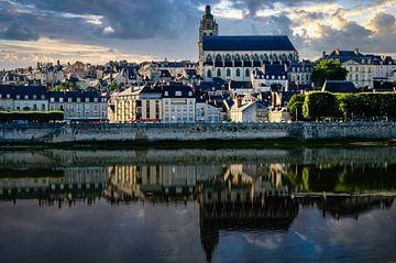 Bespiegeling van Blois aan de oevers van de Loire in Frankrijk van Dieter Walther