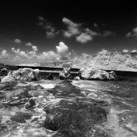 Kust bij Lefkos, Karpathos, Griekenland van Peter Baak