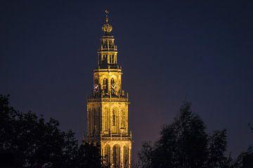 Foto van een verlichte Martinitoren in Groningen. van Vincent Alkema