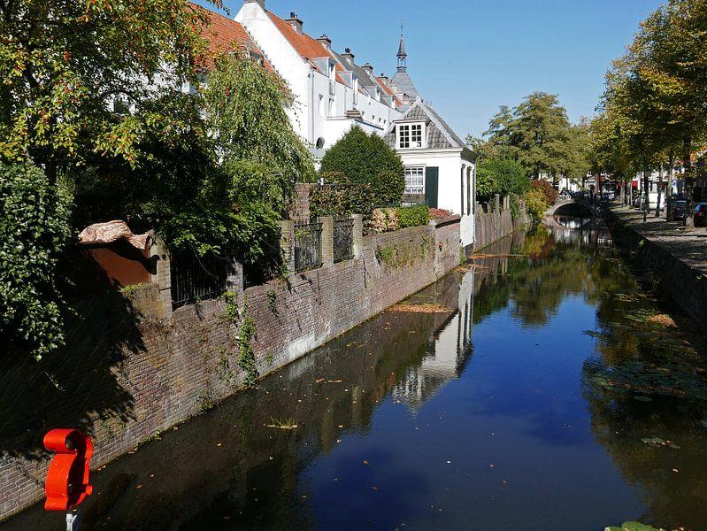 Gracht in de binnenstad van Amersfoort met uitzicht op Muurhuizen van Gert Bunt