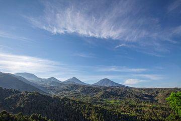 Die Straße in den Hügeln und dem blauen Himmel, idyllische Landschaft, Weg in den Bergen, grüne Reis von Tjeerd Kruse