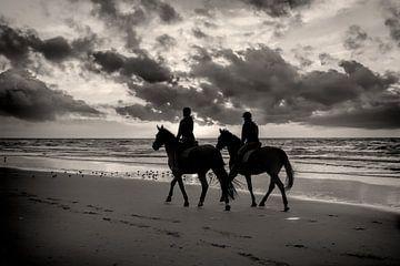 Sonnenuntergang Pferd und Reiter am Strand von eric van der eijk