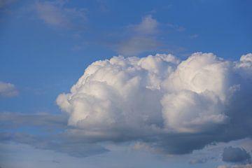 Een witte wolk tegen een blauwe lucht van Ulrike Leone