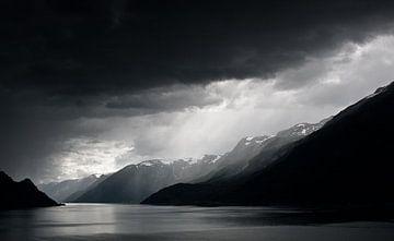 Regenwolken boven fjord van Jesse Meijers