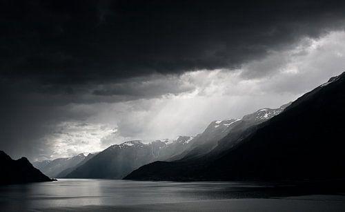 Regenwolken boven fjord van