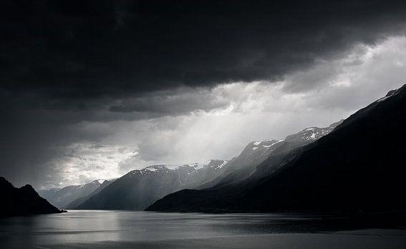 Regenwolken boven fjord