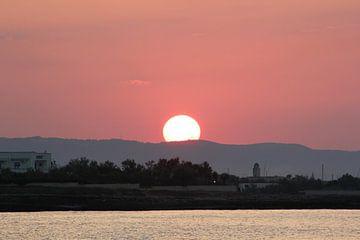 de zon zakt in het italiaanse landschap  van Joost Brauer